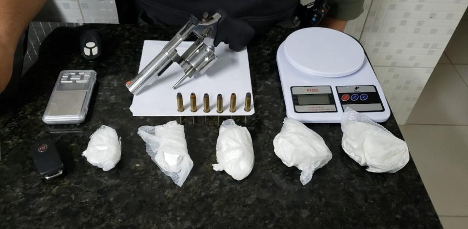 Homem é preso com porção de cocaína e arma de fogo, em Caruaru