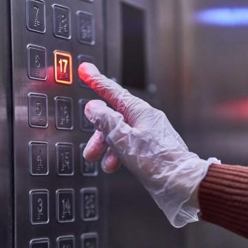 Utilização  dos elevadores deve ser feita com cautela, higiene e segurança