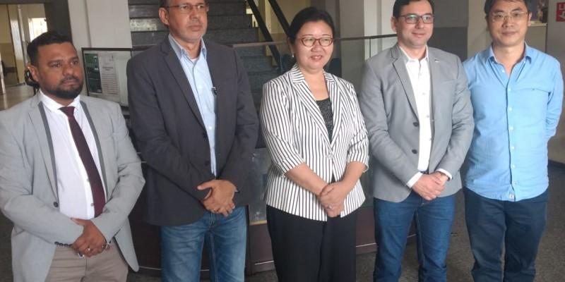 Com a ajuda de um tradutor, a Cônsul Yuquing, falou em esperança em relação ao controle da doença