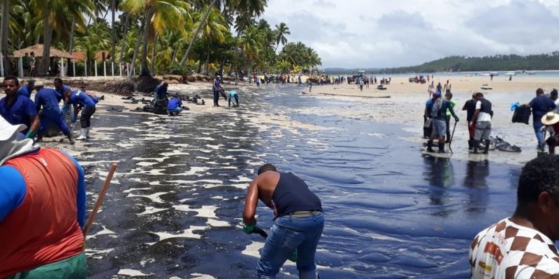 De acordo com o secretário de meio ambiente do município, mais de 30 mil litros de petróleo foram retirados na manhã desta sexta-feira (18)