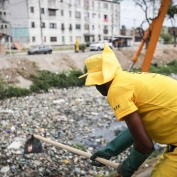 Recife inicia limpeza de 99 canais que cortam a cidade, para o período de chuvas