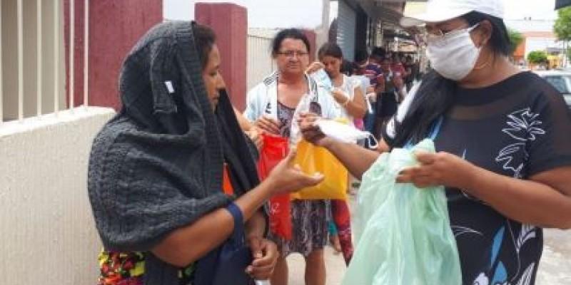 Sandra Carvalho, vereadora e pré-candidata nas eleições de Ibimirim (PE), distribuiu máscaras e álcool a moradores do município e divulgou a ação em rede social
