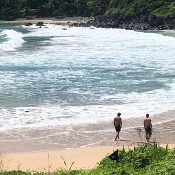 Policiais tomam banho de mar em Fernando de Noronha