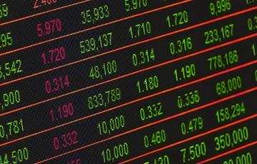 Bolsa encosta em 100 mil pontos e fecha no maior nível em quatro meses