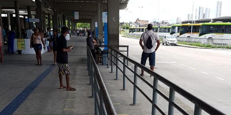 Algumas regras foram estabelecidas: os clientes devem manter uma distância de um metro um do outro e os estabelecimentos só podem receber no máximo 10 pessoas