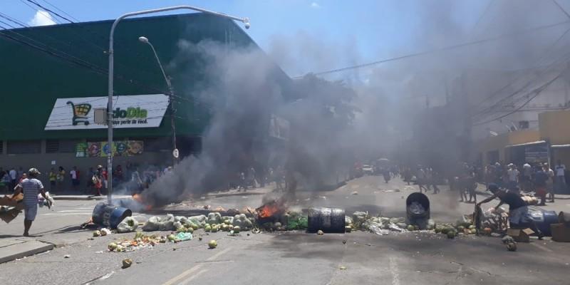 Os manifestantes usaram lixo, tonéis e pneus para atear fogo e impedir o tráfego de veículos nos cruzamentos entre as vias