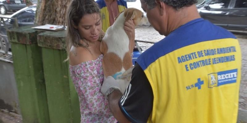 A vacinação será realizada de forma porta a porta, de 15 em 15 dias, sempre aos sábados e também com postos fixos de imunização, que ainda serão divulgados, e devem funcionar das 8h da manhã às 17h da tarde