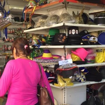 Busca por fantasias já movimenta comércio do centro do Recife