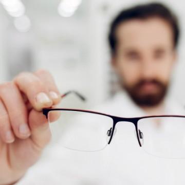 Usar óculos de grau sem prescrição médica pode desgastar a musculatura ocular e causar danos irreversíveis