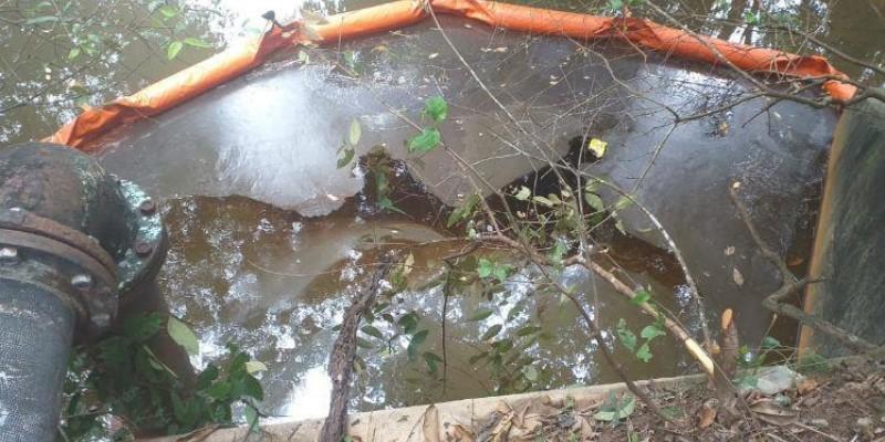 Equipes de contenção da Refinaria Abreu e Lima foram acionadas na manhã desta terça-feira (27), pra controlar um vazamento de óleo, que atingiu uma área de mangue, perto da via pedagiada que dá acesso às praias do Litoral Sul de Pernambuco