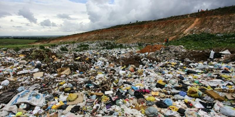 Hoje, 39% da população ainda é atendida por lixão, enquanto 61% já conta com aterro sanitário