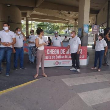 Rodoviários da RMR realizam ato simbólico para reivindicar por vacinação e medidas mais eficazes para diminuir a superlotação nos ônibus