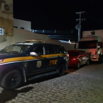 PRF liberta refém e recupera caminhão com eletrodomésticos roubados em Arcoverde