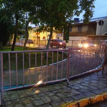 Prefeitura de Caruaru instala grades em praças para evitar circulação de pessoas