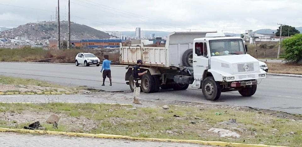 Fiscalização recolhe 33 veículos irregulares na BR 104, em Caruaru