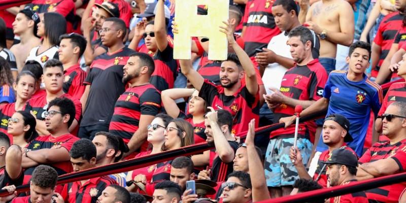 O América-MG bateu o Vitória na noite de ontem e passou a responsabilidade para o time rubro-negro, neste domingo (17), contra o Vila Nova