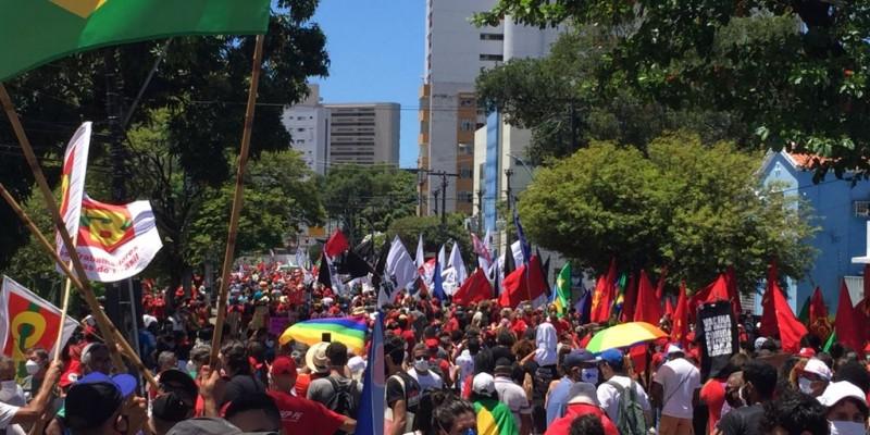 O protesto ocorreu de  forma tranquila, com discursos políticos  em carros de som e grupos de frevo e maracatu