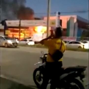 Loja de materiais de construção é atingida por incêndio na noite do domingo (19)