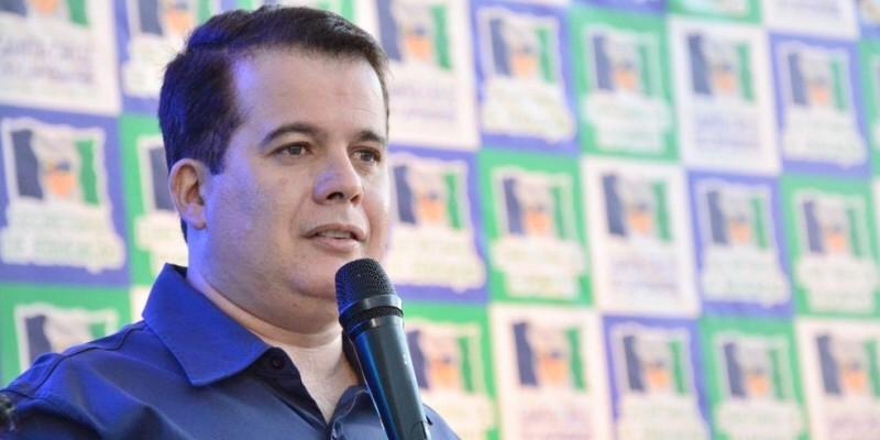 Em nota, Edson Vieira disse que cumpre quarentena e apresenta quadro leve dos sintomas do novo coronavírus