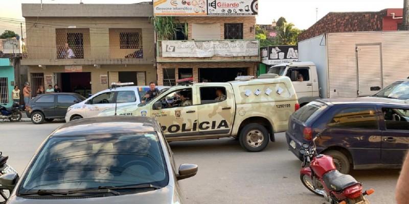 Os policiais cumpriram os mandados de prisão na residência dos suspeitos. Segundo a Polícia Federal, um deles tentou fugir, mas foi preso pelas equipes