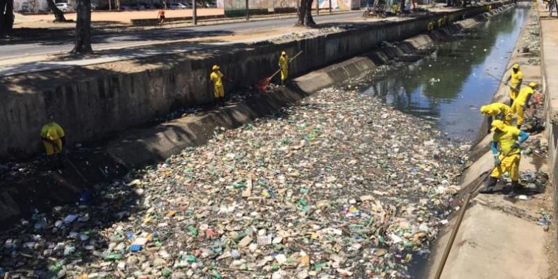 Segundo a Prefeitura, no ano passado foram removidas 46 mil toneladas de resíduos dos 99 canais que passam pela capital, número 35% maior que em 2018