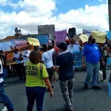 Ambulantes e barraqueiros protestam pela reabertura do comércio nas praias do Grande Recife