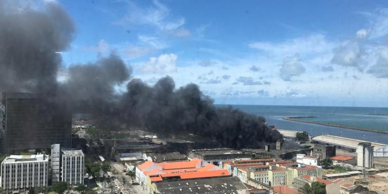Principal avenida da capital pernambucana permanece interditada, enquanto incêndio tumultua trânsito no bairro do Recife