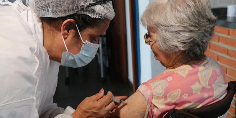 No momento da vacinação é preciso apresentar a carteira funcional ou alguma declaração de vínculo