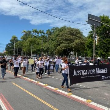 Manifestação no Recife pede justiça no caso do menino Miguel