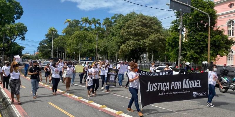 Familiares, amigos e entidades da sociedade civil se reuniram na manhã desta segunda-feira (13), na Praça da República, de onde sairiam em direção ao Ministério Público de Pernambuco