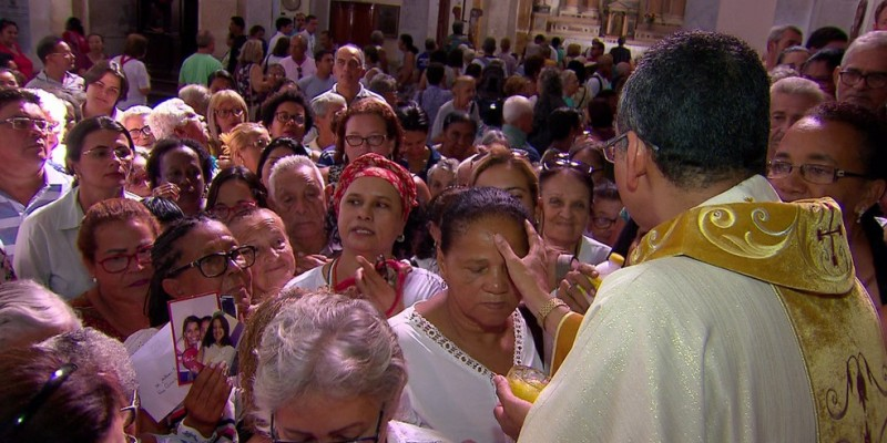 Muitas pessoas estavam fazendo as compras de réveillon e deram uma parada para participar do ritual, que já é uma tradição da fé católica recifense