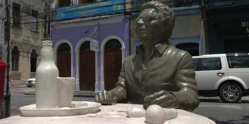 Apesar do ato de vandalismo, os demais itens da escultura, como a mesa, o banco, o microfone e a rosa de concreto, além do próprio Reginaldo permaneceram intactas