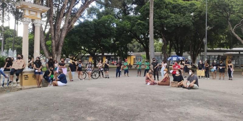 O ato ocorreu na tarde deste sábado (7) e reuniu um grupo de mulheres e homens na Praça do Derby, na área central da capital pernambucana, para pedir a punição do acusado, o empresário André de Camargo Aranha