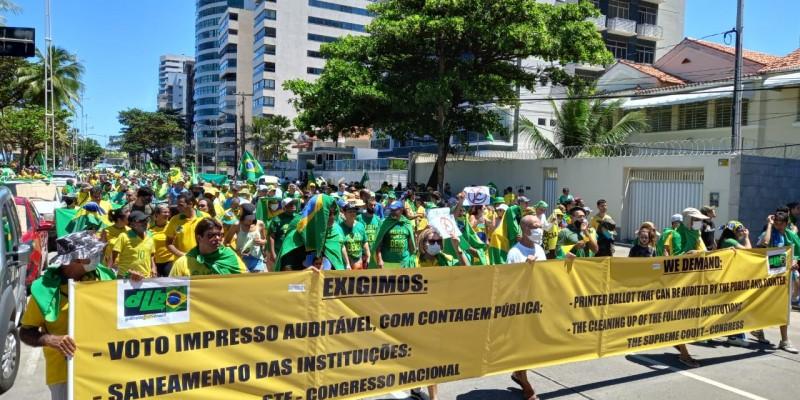 A maioria dos que participam veste as cores da bandeira do Brasil e estão usando a bandeira, o símbolo do país, como ato político