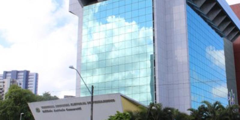 O desembargador Frederico Neves preside o Tribunal