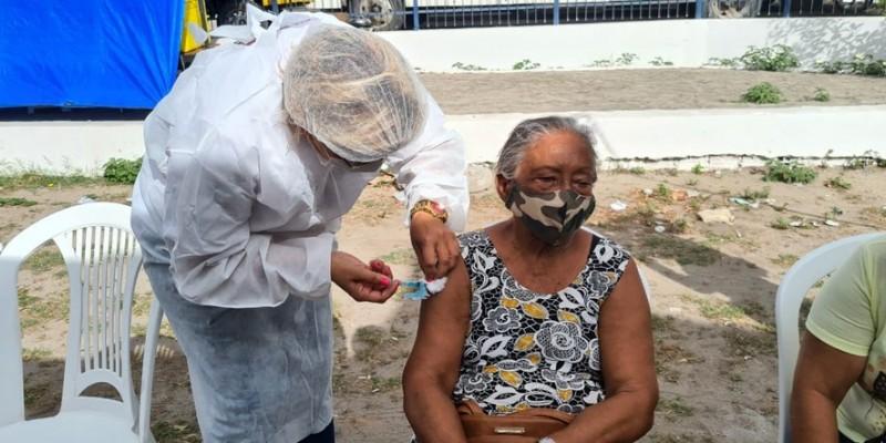 Nesta quinta os idosos receberam a primeira dose no drive-thru montado no Centro Administrativo do município, em Maranguape I