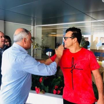 Cantor Almir Rouche recebe alta hospitalar
