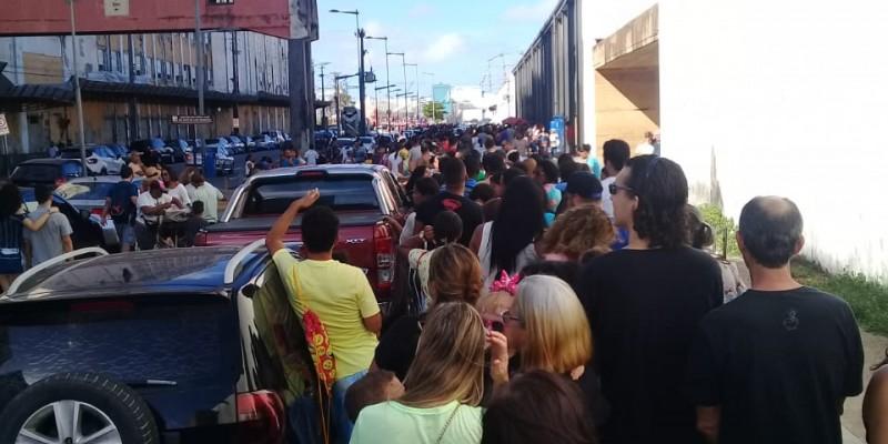 Acesso gratuito à embarcação foi encerrado uma hora antes do horário previsto, deixando muitas pessoas que estavam na fila de fora