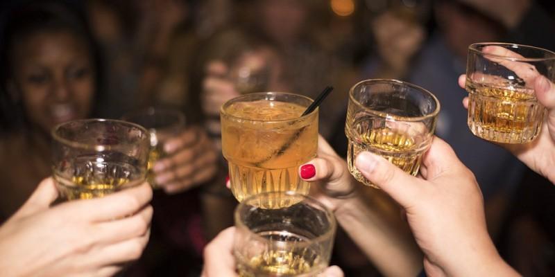 IBGE aponta que 52% das meninas e 51,1% dos meninos pernambucanos experimentaram bebidas alcoólicas antes dos 15 anos