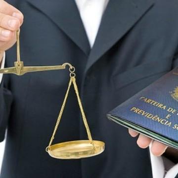 Especialista afirma que o fim da Justiça do Trabalho oculta a realidade