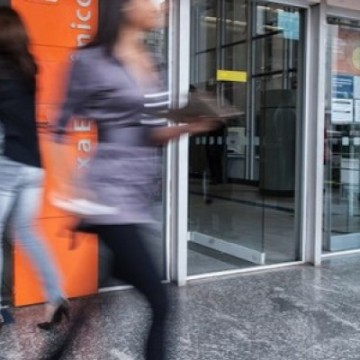Brasileiros vão cada vez menos ao banco