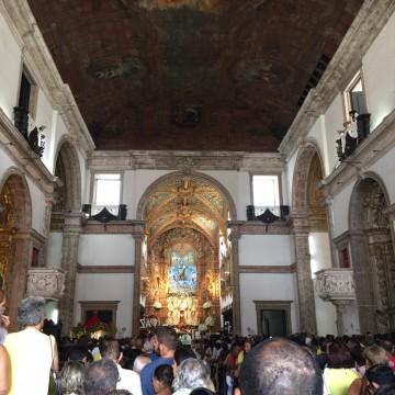 Procissão em homenagem a Nossa Senhora do Carmo bloqueia vias no centro do Recife