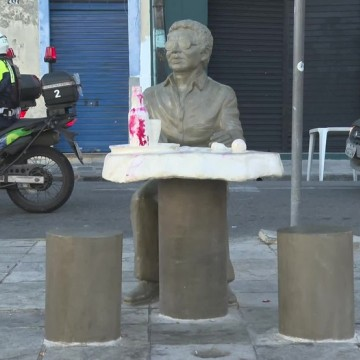 Estátua de Reginaldo Rossi passa por limpeza após ser pichada por vândalos