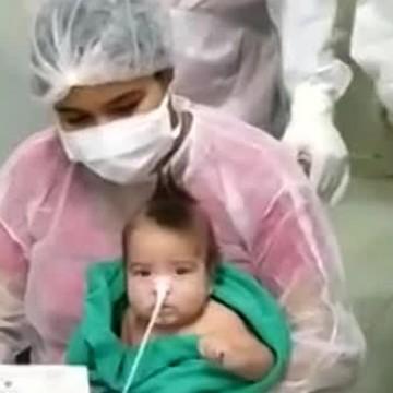Bebê recebe alta após contrair covid-19