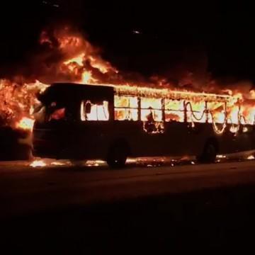 Dois homens são detidos por suspeita de incendiar ônibus no Grande Recife