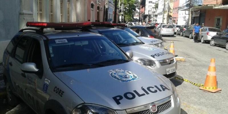 Segundo a polícia, o homem admitiu o comércio ilegal e indicou aos policiais o local onde escondia 69 big bigs de maconha e uma espingarda calibre 28