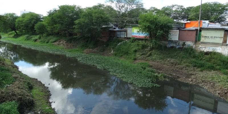 O rio nasce na Serra de Pau D´arco, e passa por 25 cidades, desaguando no litoral, na cidade de Ipojuca