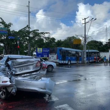 Acidente entre carro e BRT deixa ferido no centro do Recife
