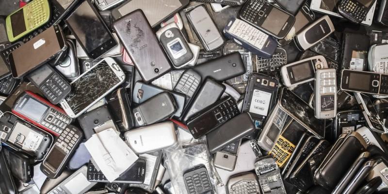 O lixo eletrônico leva centenas de anos para se decompor junto à natureza e, por isso, não deve ser descartado junto com o lixo comum