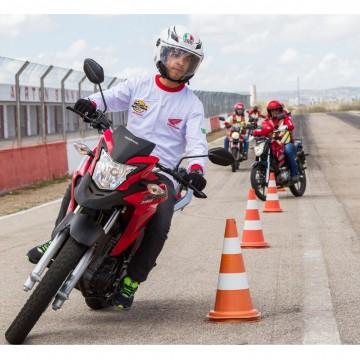 Programa Moto Amiga promove cursos de pilotagem em Caruaru